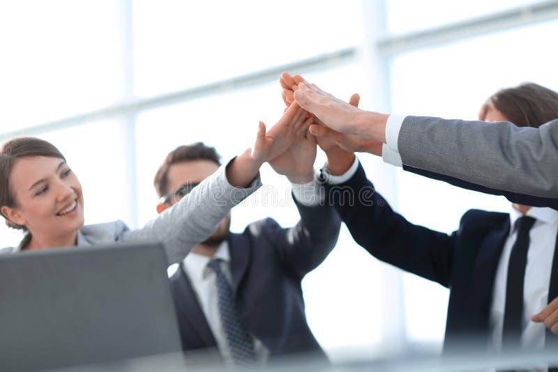 Framgång och seger Begreppet av teamwork arkivbilder