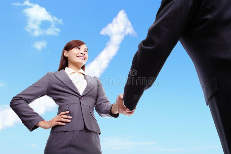 Framgångaffärsidé - kvinna- och manhandskakning royaltyfria bilder