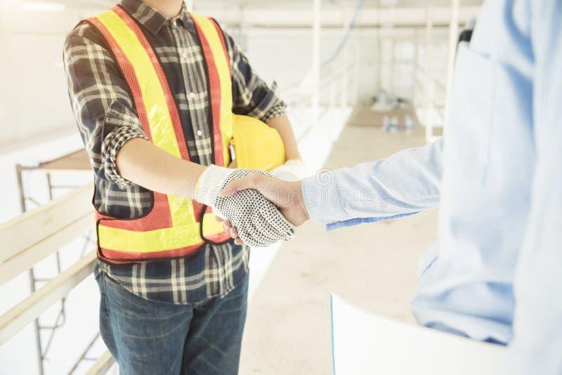 Framgångavtal i konstruktions- och inrejobb Affärsman och e arkivbild