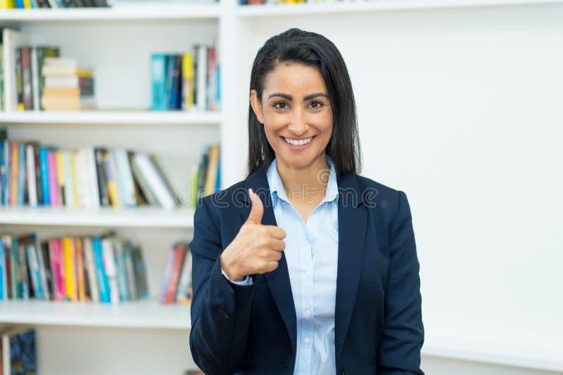Framgångsrik latinamerikan, mogen affärskvinna med blazer arkivfoton
