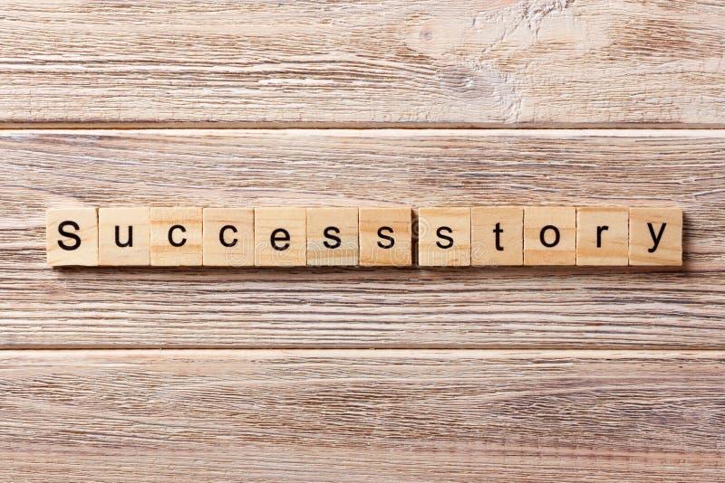 Framgångssagaord som är skriftligt på träsnittet Framgångssagatext på tabellen, begrepp arkivfoto