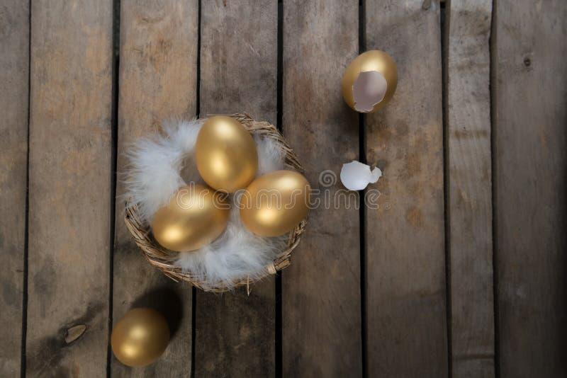 Framgångsymbol eller lyckligt påskbegrepp Tomt brutet stort guld- ägg på en lantlig tränaturlig bakgrund, bästa sikt arkivbild