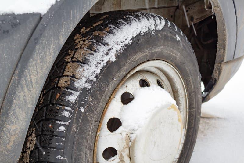 Framhjul av lastbilen som täckas med snöcloseupen fotografering för bildbyråer