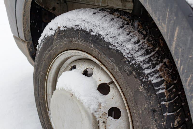 Framhjul av lastbilen som täckas med snöcloseupen arkivbilder