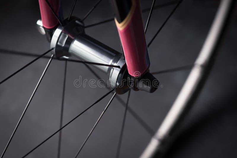 Framhjul för cykelvägcykel arkivfoton