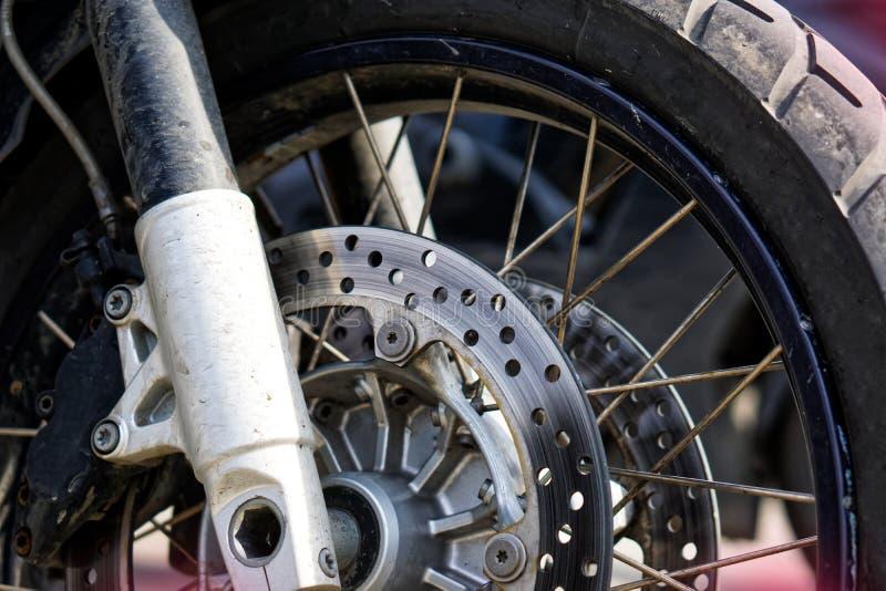 Framhjul nav, vår och bromsamekanism av en cyklistmotorcykel V?gs?kerhet arkivfoto