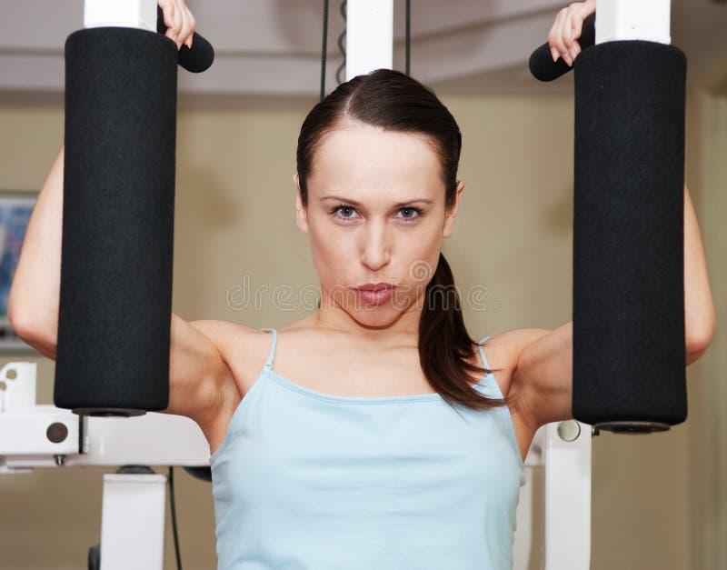 framkalla att göra övningsmuskler till kvinnan arkivbild