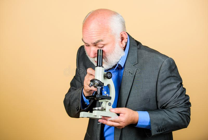 Framkallande nya inst?llningar biologuniversitetsprofessor för hög man Kunskap och vishet Biologiutbildning vetenskap royaltyfri foto