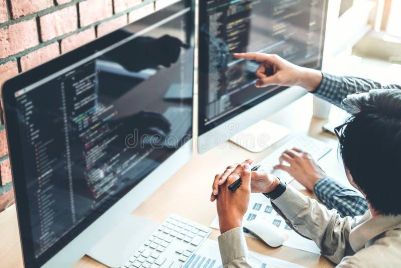 Framkallande programmerareTeam Development Website design och kodifiera teknologier som arbetar i kontor för programvaruföretag royaltyfria bilder