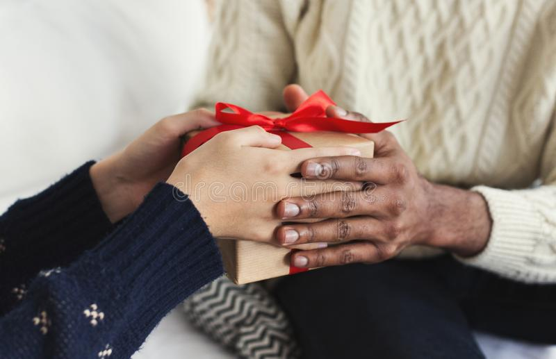 Framlägga gåvor som tradition för julhelgdagsafton arkivfoton