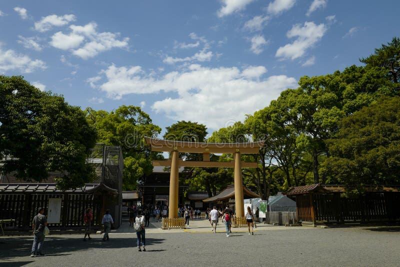 Framme av den Meiji relikskrin, lokaliserat i Shibuya, Tokyo royaltyfri bild