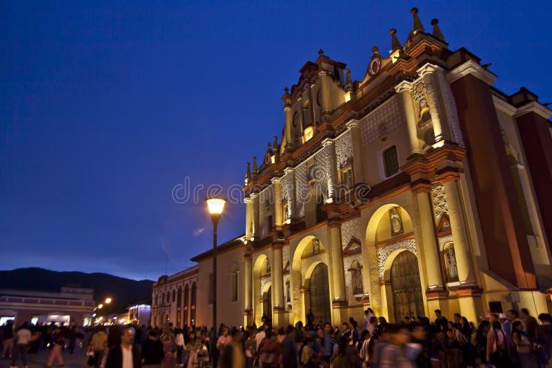 Framme av en kyrka i San Cristobal de Las Casas på skymning arkivfoton