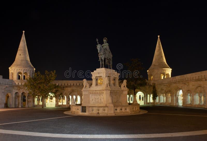 Framme av fiskarens bastion på natten royaltyfria bilder
