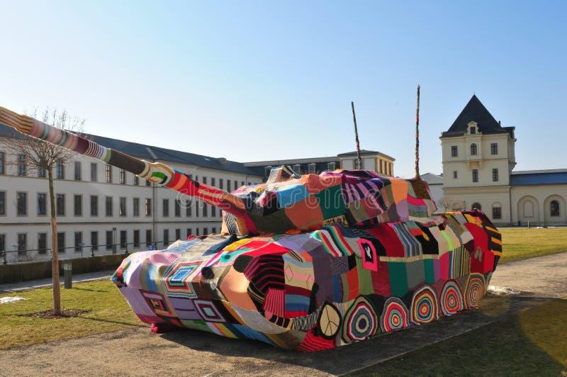 Framme av museet för militär historia i den Dresden staden finns det en colourfullfredbehållare som en protest mot krigvärlden -  royaltyfri foto