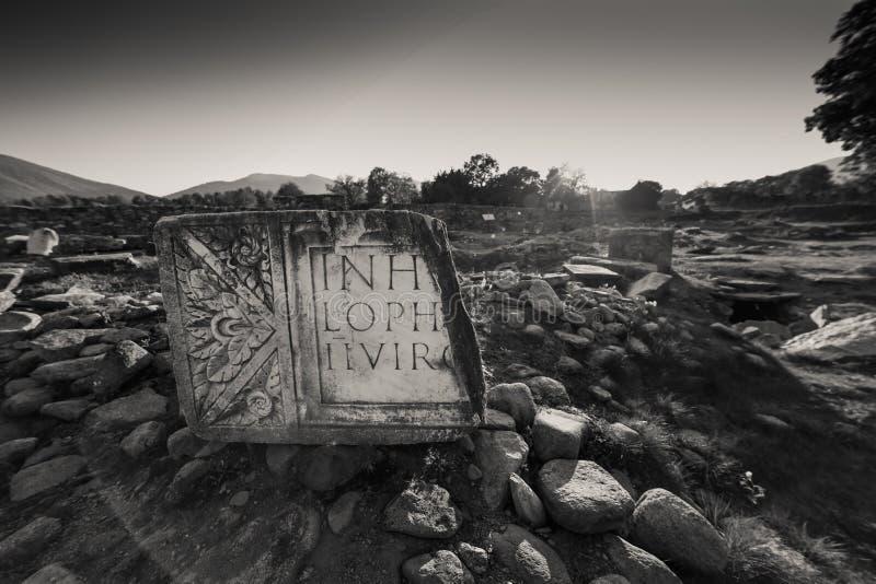 Frammenti dell'iscrizione latina alla colonia Ulpia Traiana Augusta Dacica Sarmizegetusa dell'impero romano fotografia stock libera da diritti