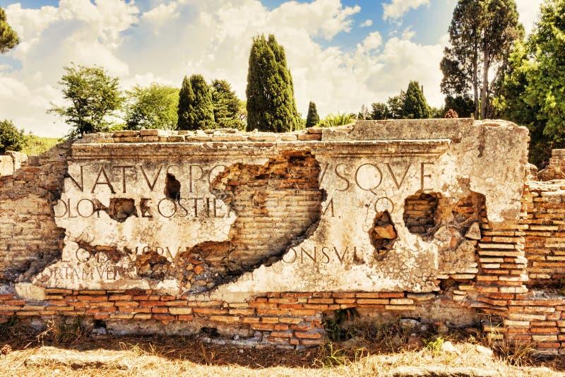 Frammenti delle iscrizioni di marmo disposte sulla soffitta di Porta Romana immagini stock