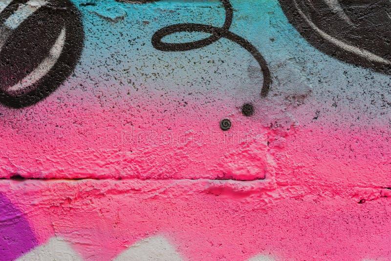 Frammento astratto della parete con detal dei graffiti, vecchia pittura scheggiata, graffio, struttura di lerciume Progettazione  immagine stock libera da diritti