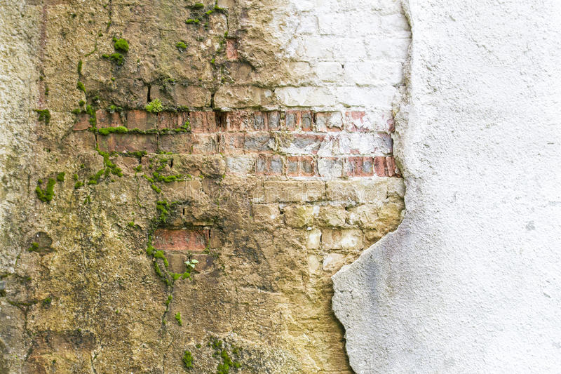 Frammento d'annata rotto della parete di lavoro di muratura dai vecchi mattoni dell'argilla rossa e dalla struttura nociva del fo fotografie stock