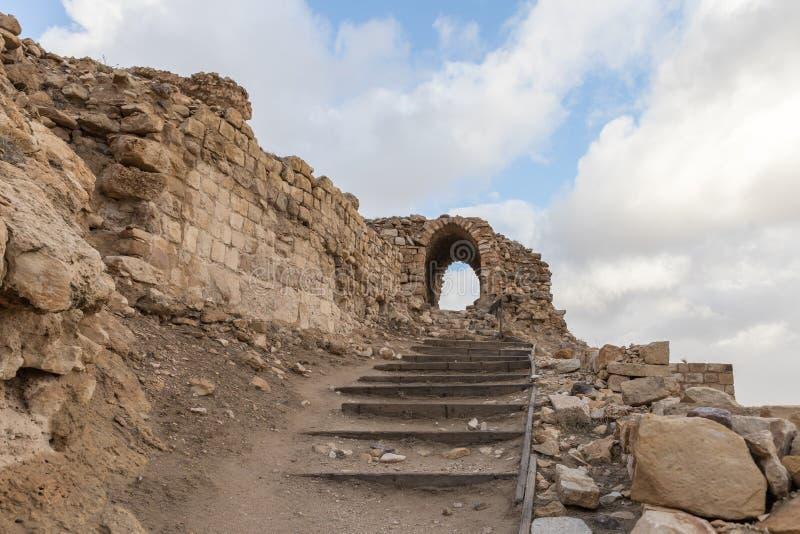 Frammento del cortile della fortezza medievale Ash Shubak, stante su una collina vicino alla città di Al Jaya in Giordania fotografie stock