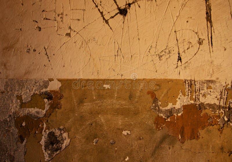 Frammento del fondo graffiato della parete del gesso immagine stock