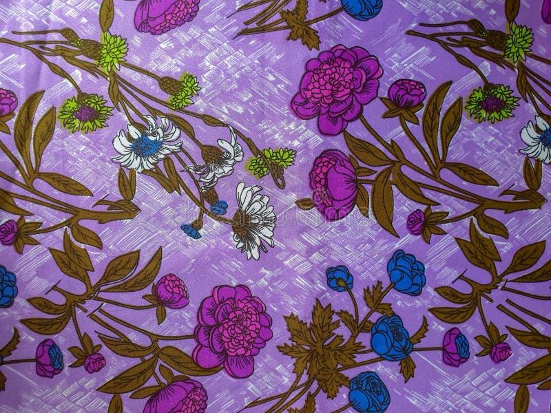 Frammento del modello d'annata variopinto del tessuto con l'ornamento floreale viola e blu utile come fondo o campione del tessut fotografia stock