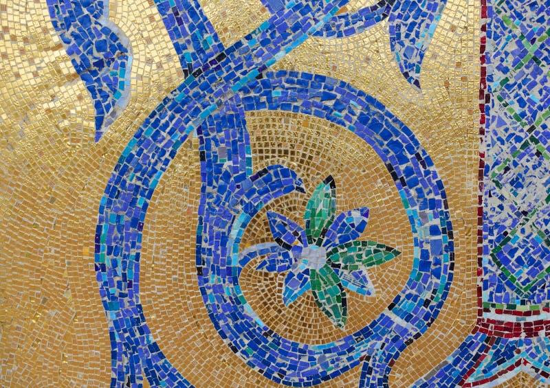 Frammento del mosaico Blu dell'ornamento floreale su un fondo dorato immagini stock libere da diritti