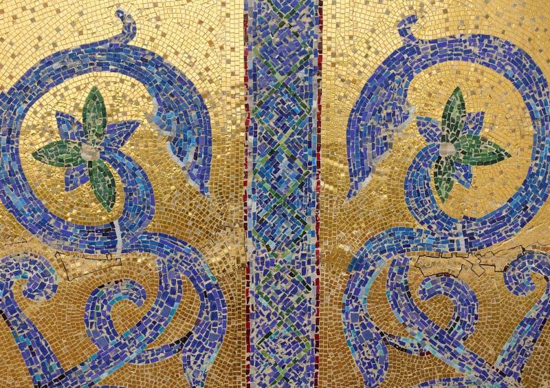 Frammento del mosaico Blu dell'ornamento floreale su un fondo dorato fotografia stock