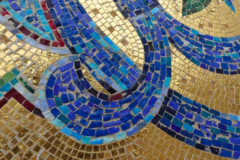 Frammento del mosaico Blu dell'ornamento floreale su un fondo dorato fotografie stock