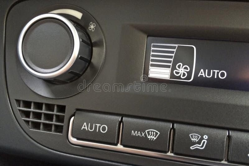 Frammento del pannello di controllo del condizionamento d'aria in un primo piano moderno dell'automobile fotografia stock libera da diritti