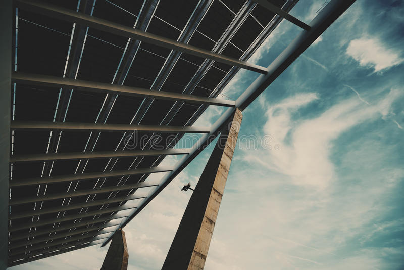 Frammento del pannello fotovoltaico enorme fotografia stock libera da diritti
