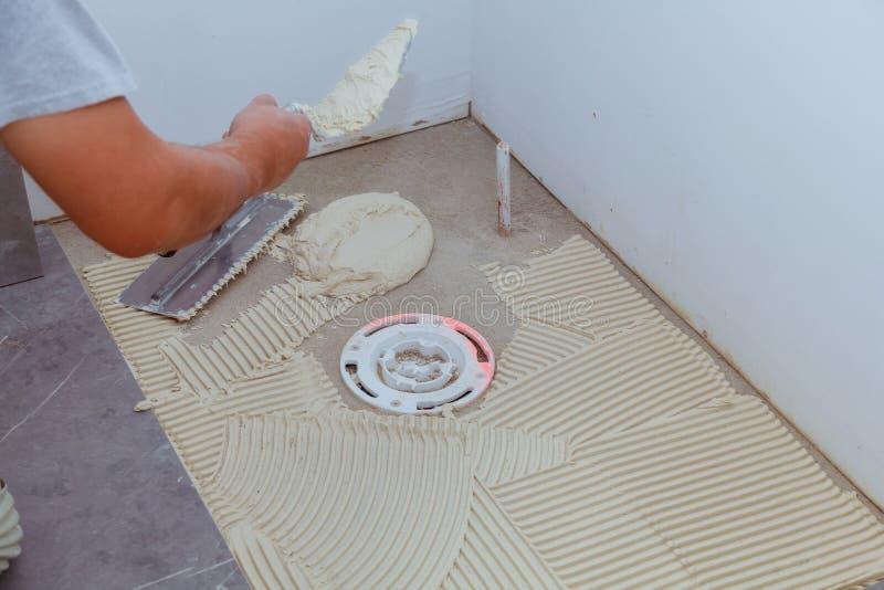 Frammento del pavimento, nel corso della stenditura delle piastrelle di ceramica, primo piano fotografie stock