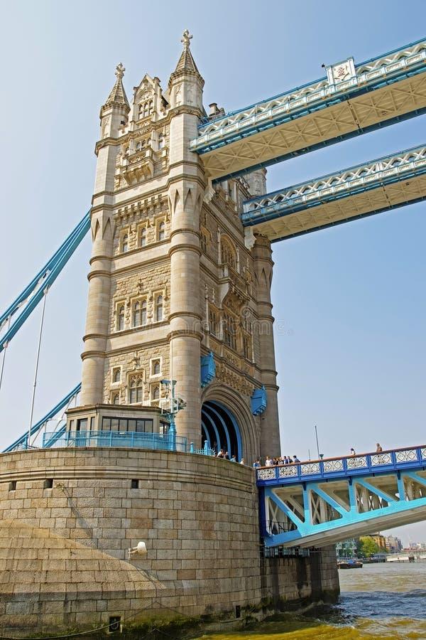 Frammento del ponte della torre sopra il Tamigi a Londra fotografia stock libera da diritti