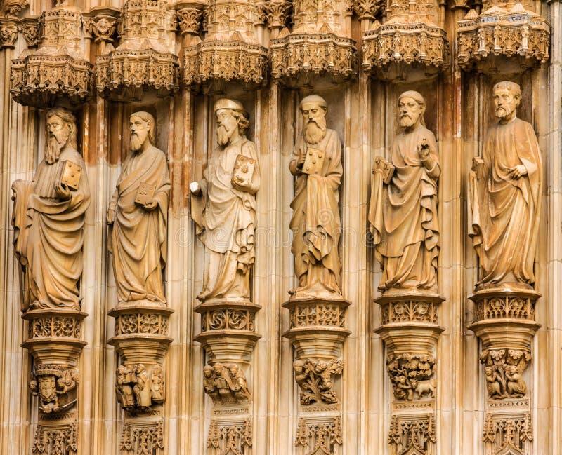 Frammento del portone con gli apostoli di pietra che scolpiscono le immagini scultoree, fotografie stock libere da diritti