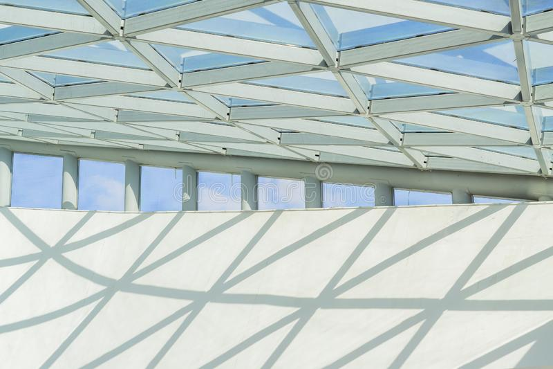 Frammento del soffitto del metallo e di vetro, costruzione di edifici fotografia stock libera da diritti