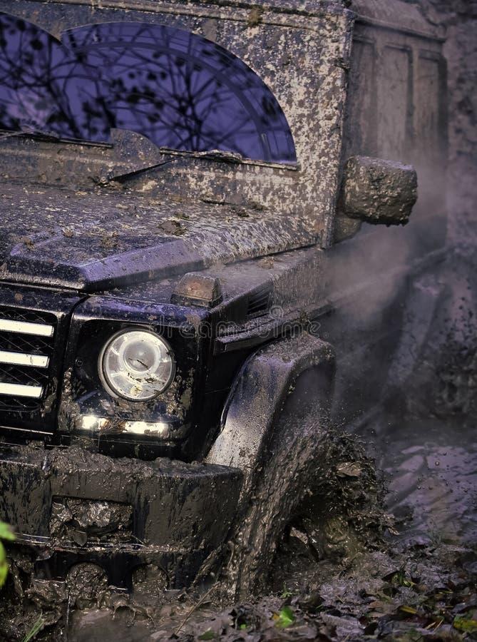 Frammento dell'automobile fuori strada sporca, fine su fotografia stock