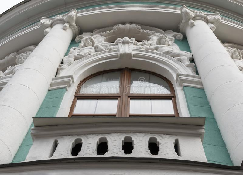 Frammento dell'esterno della costruzione verde antica con il bas- fotografie stock