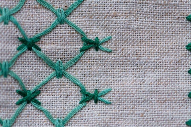 Frammento dell'ornamento ricamato sul tovagliolo di tela fotografia stock libera da diritti