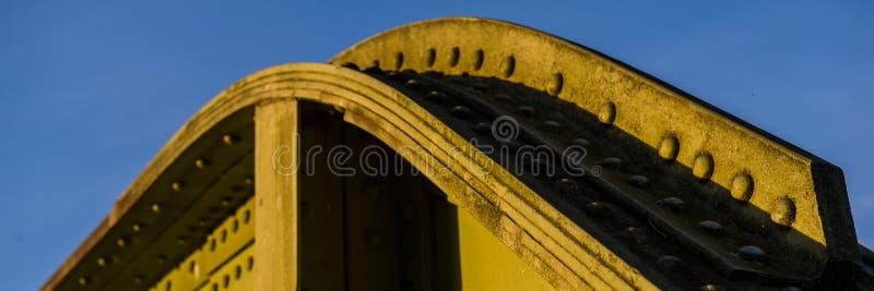 Frammento della costruzione del metallo di vecchio ponte rivettato fotografia stock