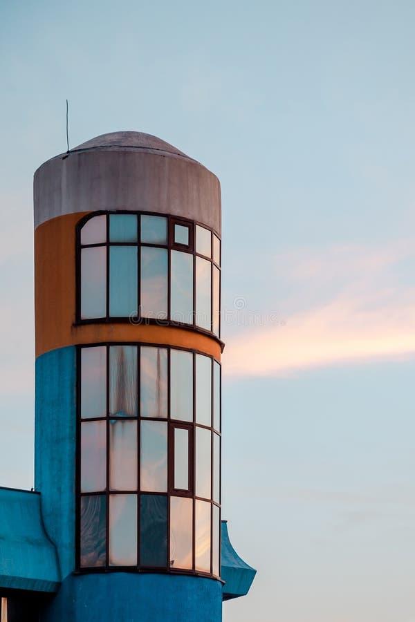 Frammento della costruzione della facciata con una forma arrotondata contro il cielo fotografie stock