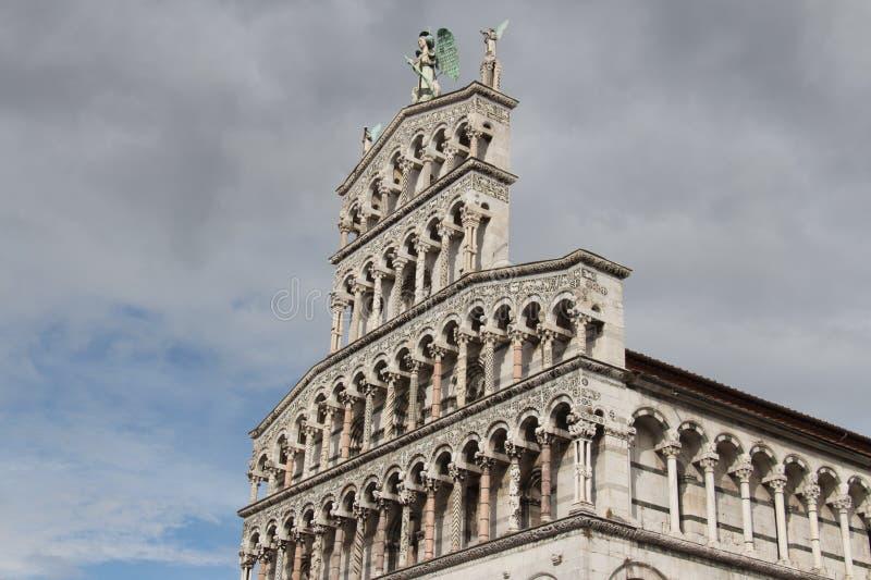 Frammento della facciata di San Michele in foro Chiesa medioevale Lucca L'Italia immagine stock libera da diritti