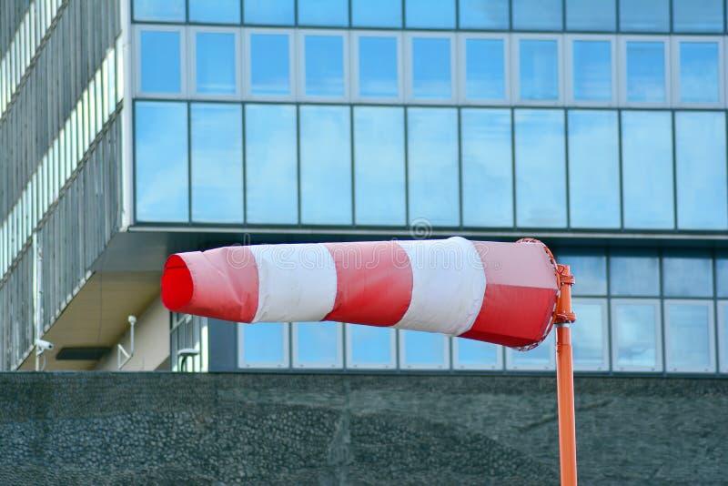 Frammento della facciata di un edificio per uffici moderno immagine stock