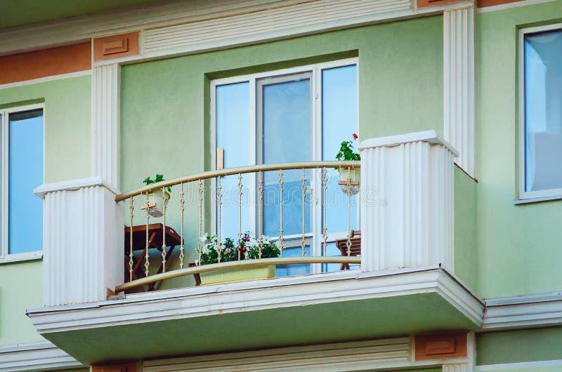 Frammento della facciata di una casa moderna con un balcone immagine stock libera da diritti