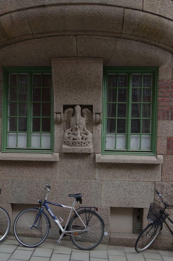 Frammento della facciata e della progettazione dell'entrata alla costruzione di appartamento immagini stock libere da diritti