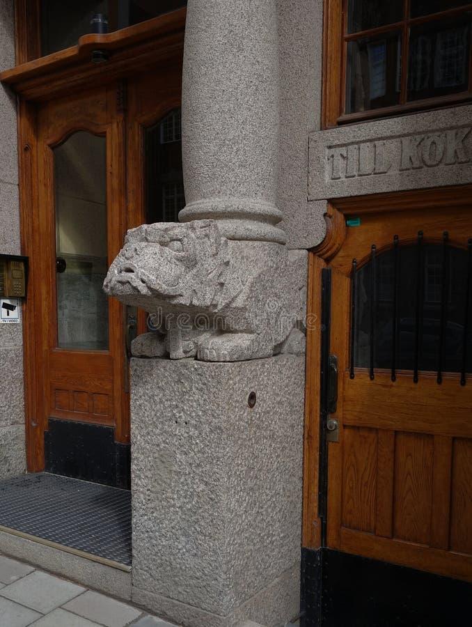 Frammento della facciata e della progettazione dell'entrata alla costruzione di appartamento immagine stock