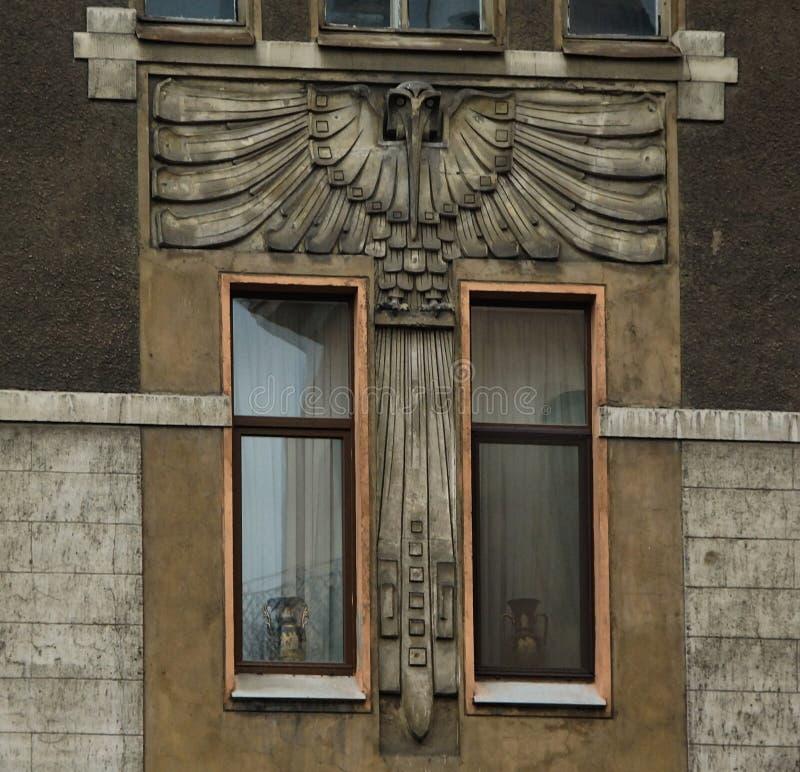 Frammento della facciata nello stile di Art Nouveau con un gufo immagini stock libere da diritti