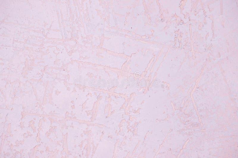Frammento della parete con i graffi e le crepe il ight dentella la struttura della parete del gesso Priorit? bassa pastello Super immagini stock