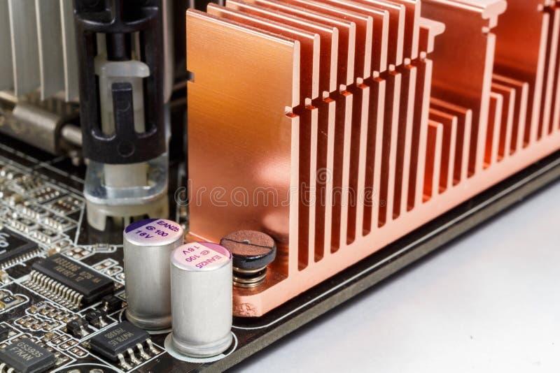 Frammento della scheda madre con il radiatore del sistema di raffreddamento ed i componenti elettronici immagine stock