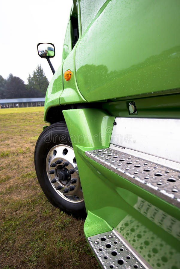 Frammento della vista laterale di modello moderna di verde del camion dei semi fotografie stock libere da diritti