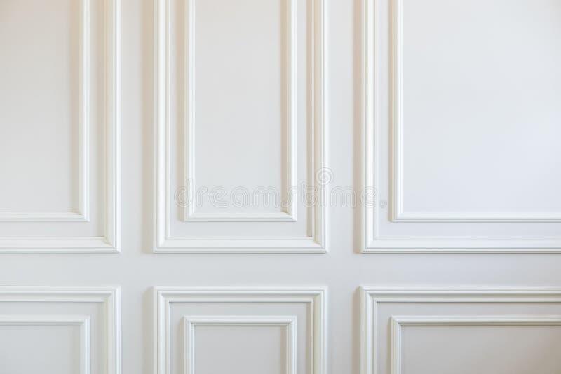 Frammento delle pareti bianche classiche decorate con i modanature fotografia stock libera da diritti