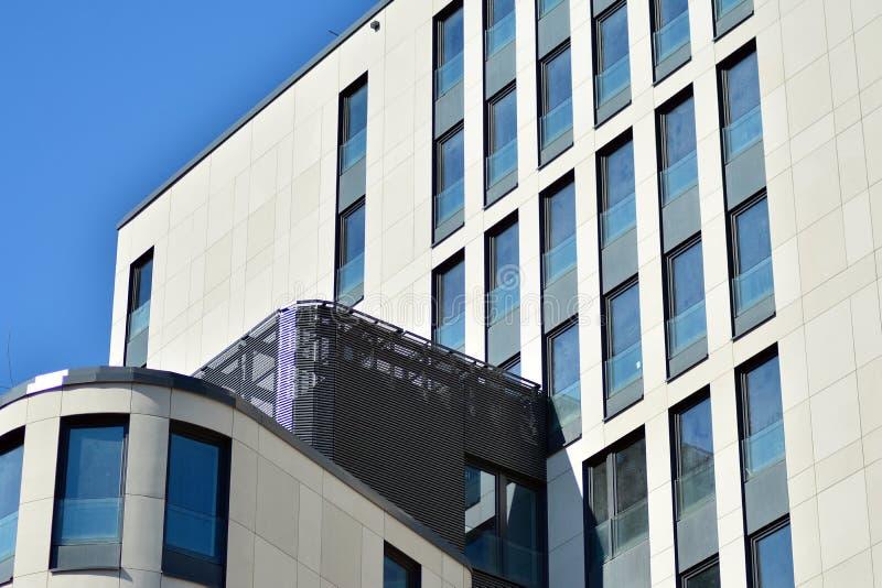 Frammento di architettura astratta - la geometria urbana moderna di bellezza Parete di vetro blu immagine stock libera da diritti